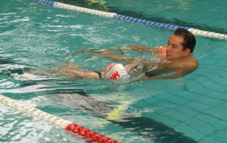 A diferença entre uma escola e uma academia de natação
