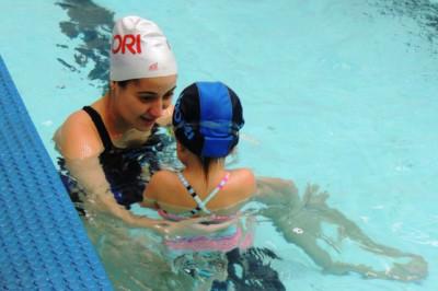 Qual a idade ideal para iniciar a prática de natação em bebês e crianças