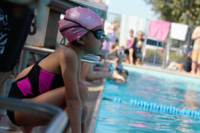 Quais equipamentos são permitidos e recomendados em competições de natação