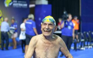 Com 99 anos, australiano bate recorde mundial de natação nos 50m livre